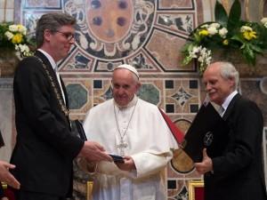 Papa Francesco riceve il Premio Carlo Magno, dal sindaco di Aquisgrana Marcel Philipp e Juergen Linden della Fondazione Carlo Magno