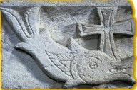 Pesce e croce, IV-V secolo. Bassorilievo di Ermant, Egitto.  Parigi, Louvre