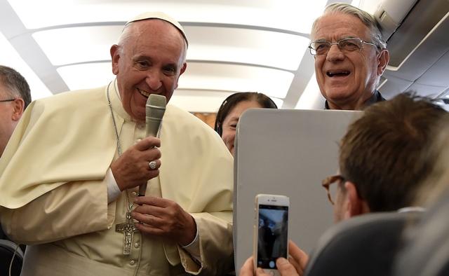 Papa Francesco colloquia con i giornalisti durante il volo di rientro dall'Armenia