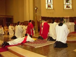 Don Luca Di Domizio durante il rito di ordinazione sacerdotale
