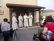 Don Giancarlo Mandelli introduce l'attraversamento dell Porta santa