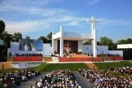 Il grande palco, nel parco di Blonia, da cui anche ieri il Papa ha presieduto la Via Crucis
