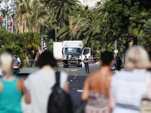 I sopravvissuti osservano sconvolti il camion con cui è stata compiuta la strage
