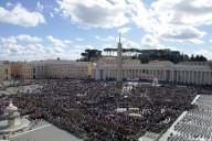 Piazza San Pietro affollata per l'Angelus
