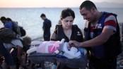Un neonato salvato in mare, durante uno dei tanti viaggi della speranza verso l'Europa