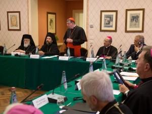 In piedi il cardinale Kurt Koch, presidente del Pontificio Consiglio per la Promozione dell'Unità dei Cristiani, affiancato a sinistra dall'arcivescovo Job di Telmessos e a destra dall'arcivescovo Bruno Forte