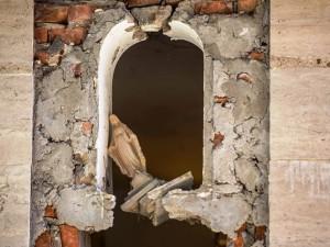 La violenza del terremoto in una chiesa di Amatrice
