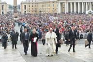 L'arrivo di Papa Francesco sul sagrato di piazza San Pietro