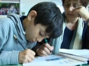 Un bambino rom assistito a scuola