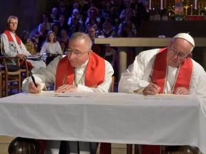Papa Francesco e il vescovo Munib Younan, firmano la dichiarazione congiunta che riavvicina cattolici e luterani