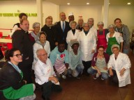 Il ministro Alfano insieme ai volontari della mensa diocesana