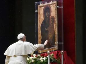 Papa Francesco prega davanti l'icona della Beata Vergine Maria, in occasione dello scorso Giubileo mariano
