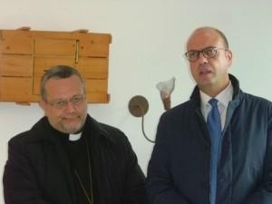 L'arcivescovo di Pescara-Penne monsignor Tommaso Valentinetti con il ministro dell'Interno Angelino Alfano