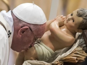 Papa Francesco bacia il Bambinello