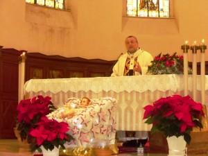 L'arcivescovo Valentinetti, arcivescovo di Pescara-Penne, presiede il Pontificale di Natale dietro l'effige del Bambinello