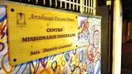 La targa del Centro missionario, circondata dai murales, in via Bardet