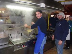 I volontari di Protezione civile al lavoro, in cucina, per garantire i pasti ai soccorritori