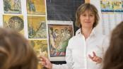 Un'insegnante di religione cattolica in aula
