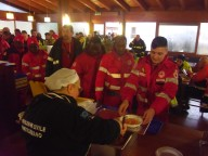 La signora Giuliana serve il pranzo ai soccorritori a mensa