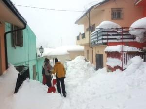 Un gruppo di studenti volontari intenti a spalare la neve