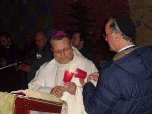 Mons. Tommaso Valentinetti, accende la sua candela e introduce la commemorazione