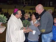 La consegna di un ulivo bonsai a una delle famiglie delle vittime
