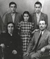 Leonardo Sciascia (in piedi da destra) con i genitori, il fratello Giuseppe e la sorella Anna.