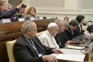 il Papa, seduto fra gli esperti, partecipa ai lavori