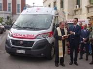 Don Marco Pagniello benedice il nuovo automezzo della Croce rossa