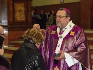 Mons. Tommaso Valentinetti, arcivescovo di Pescara-Penne, presidede il rito delle ceneri