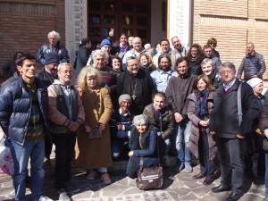 L'arcivescovo Valentinetti insieme ai senza fissa dimora che hanno ricordato i loro amici scomparsi
